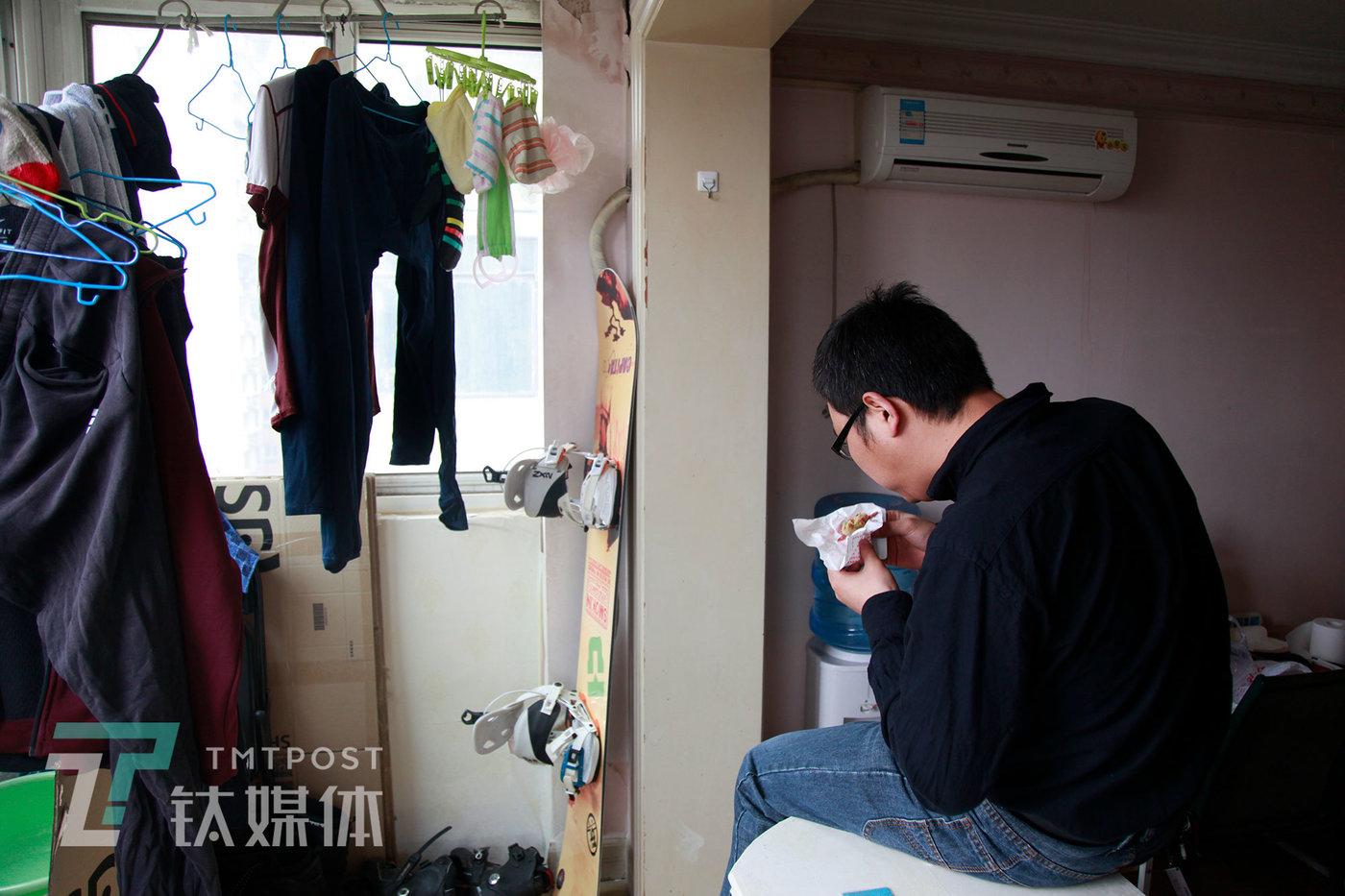 3月10日,北京,29岁的李可在吃午饭。他被公司裁员,为了控制生活成本,每天只吃两顿外卖简餐。3月,我们采访了几位跟李可一样遭遇的人:裁员潮里的失业青年:投了500份简历,感觉自己不再被认可丨钛媒体影像《在线》