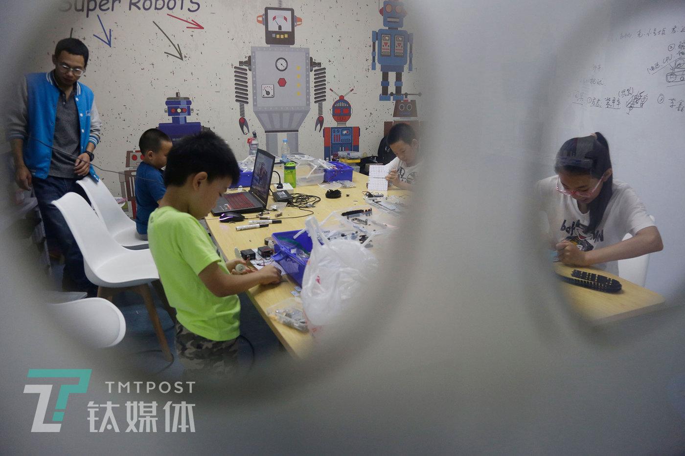 8月9日,北京瓦力工厂少儿编程培训班,几名孩子在学习单片机编程。