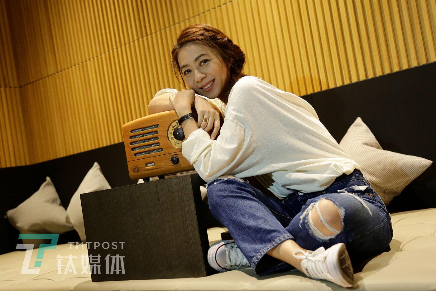 8月23日,河北秦皇岛阿那亚,歌手陈绮贞在接收媒体采访的间隙。当天的猫王收音机秋季新品发布会上,陈绮贞正式成为猫王首位亚太区品牌代言人。
