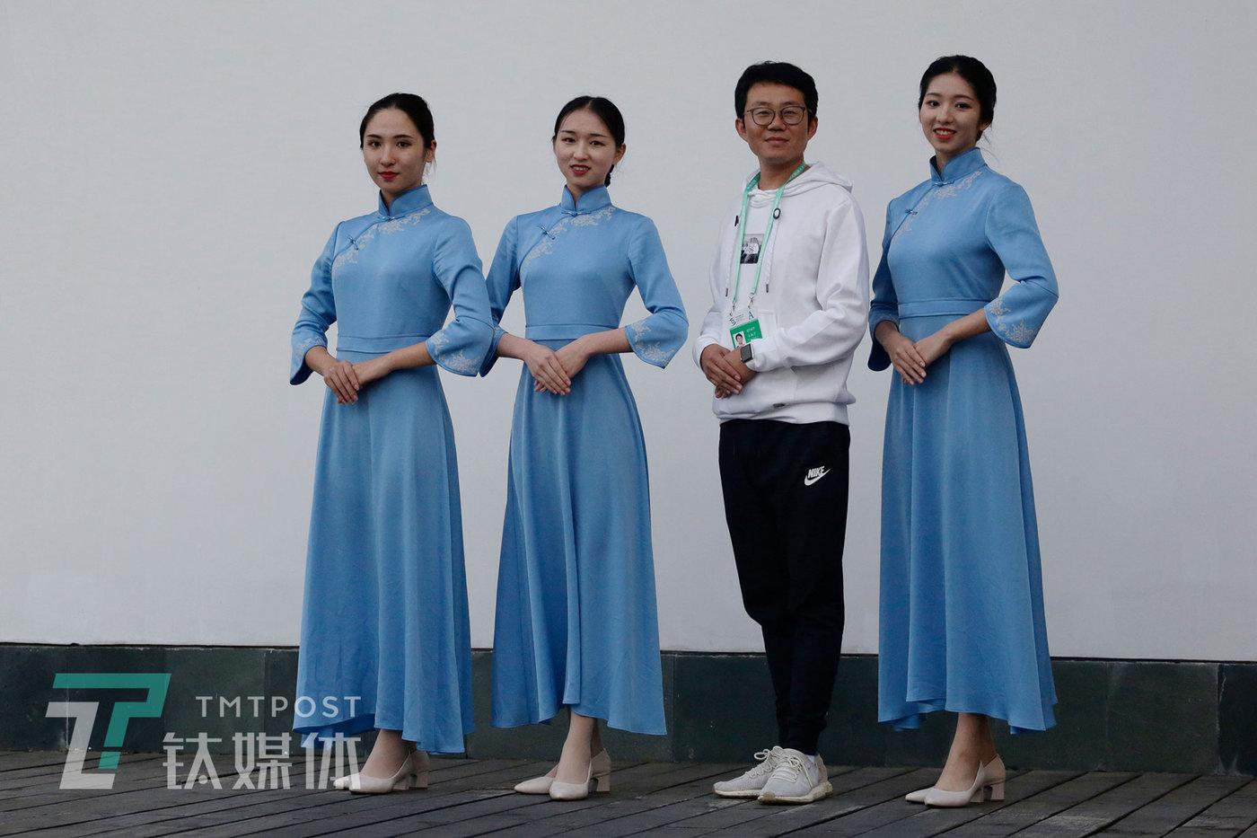 10月20日,浙江乌镇,第六届世界互联网大会会场外,一名参会的男士与志愿者合影。