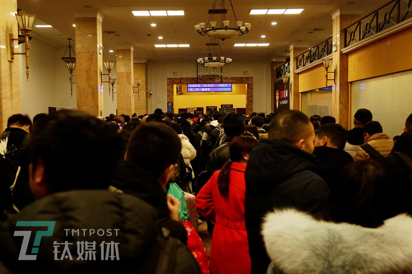 9:03,北京火车站候车厅,北京到满洲里的K1301次列车最先检票。
