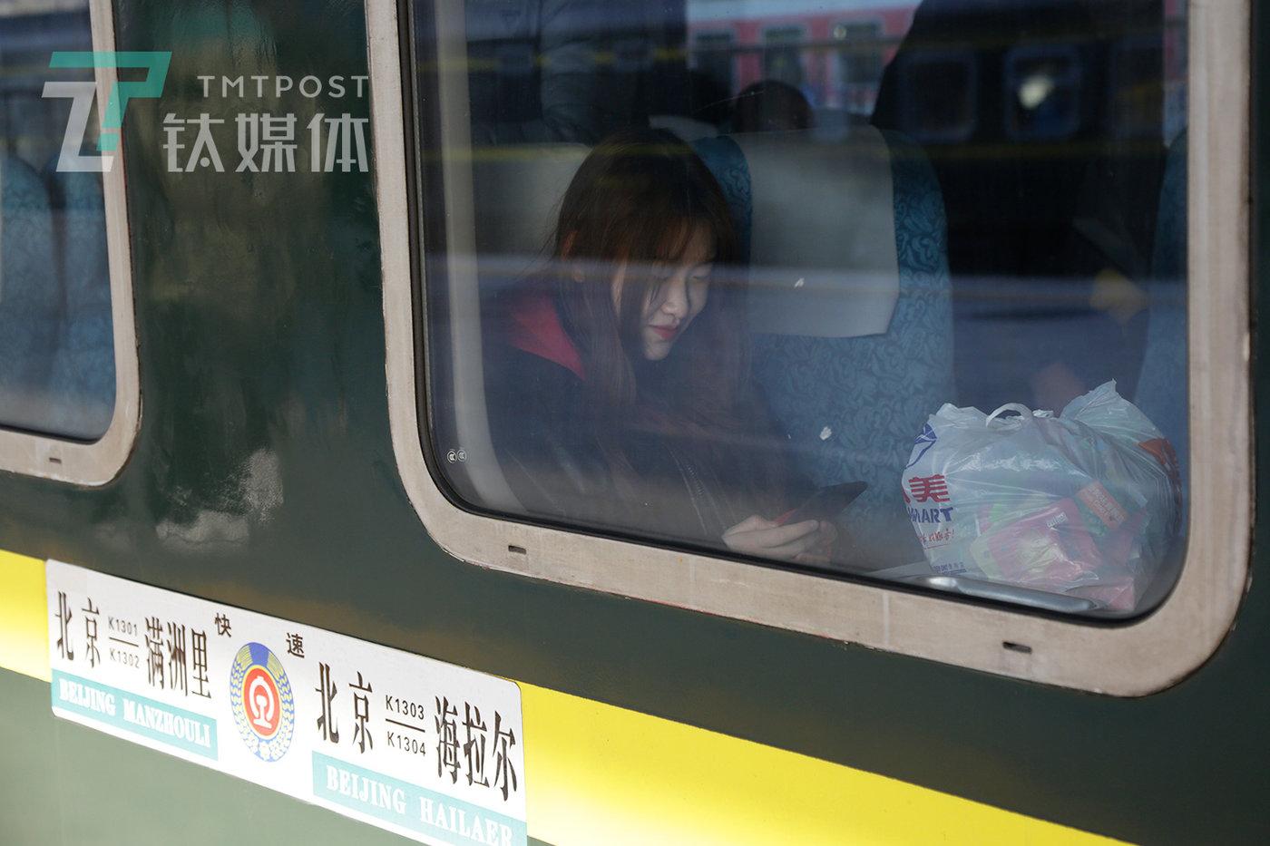 北京火车站站台,K1301次乘客在硬座车厢期待发车。