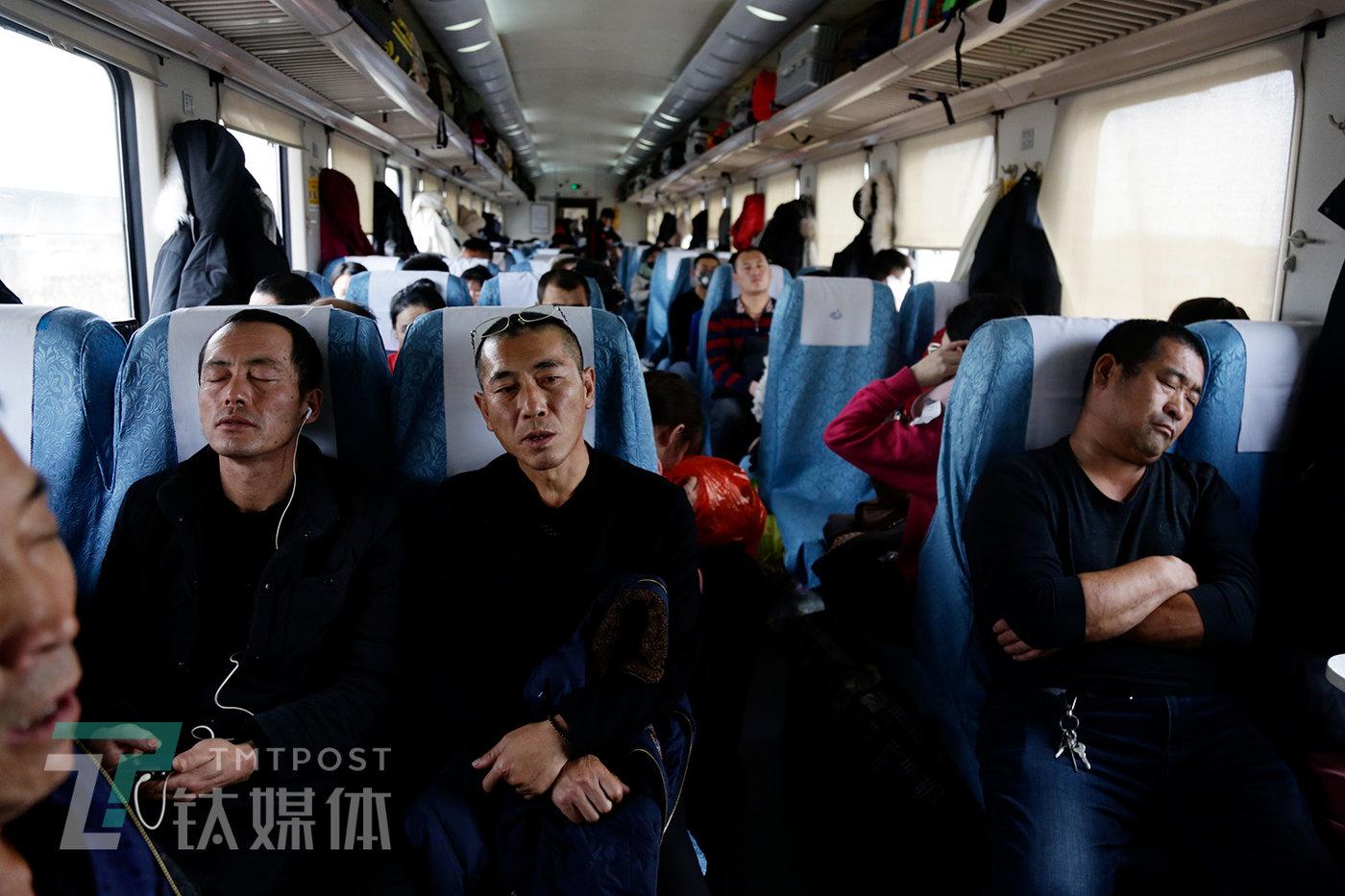 1月21日,走驶途中的K1301,硬座车厢里的乘客。