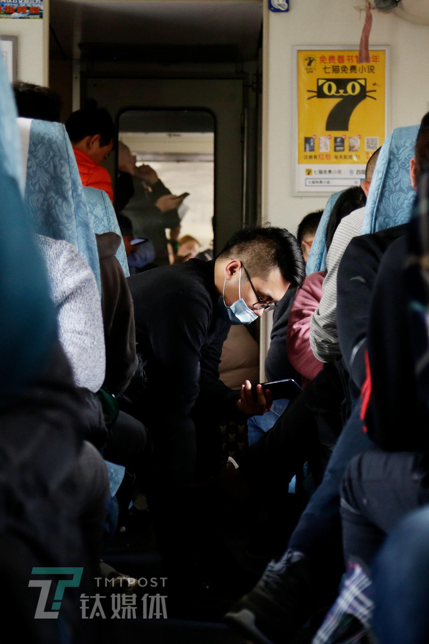 别名乘客在看手机。