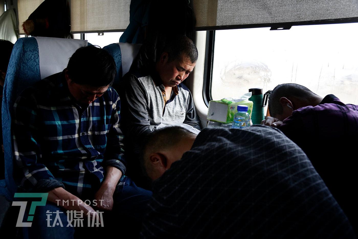 乘客在硬座上睡眠。车厢内忽冷忽热,乘客逆映太热的时候,列车员就会掀开一扇窗户通风。乘客穿着有四季的差别:有的穿羽绒服,有的穿吊带、短袖。