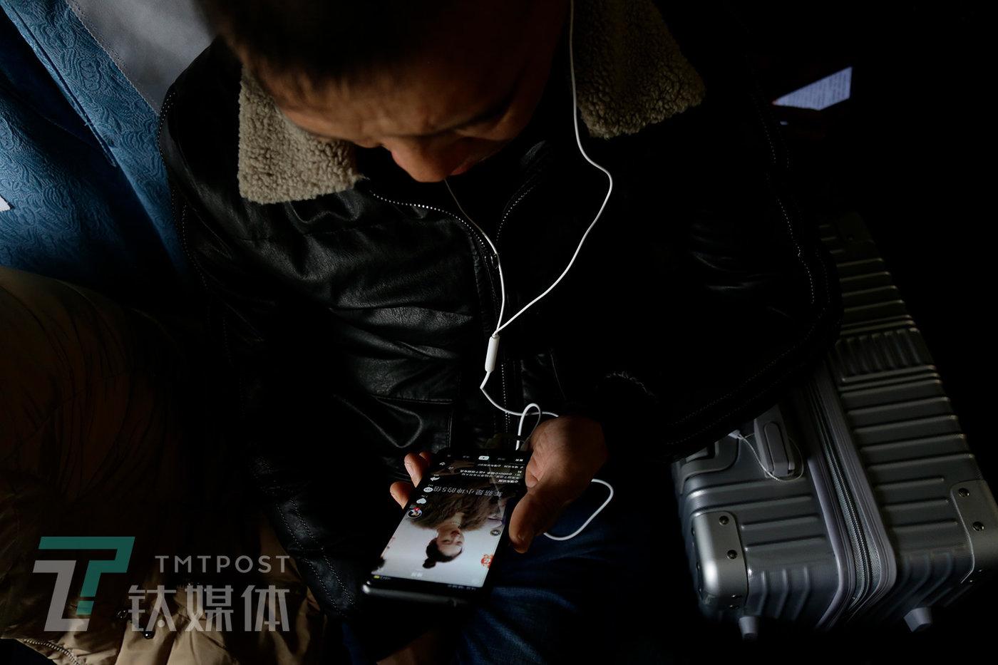 别名乘客在刷短视频。