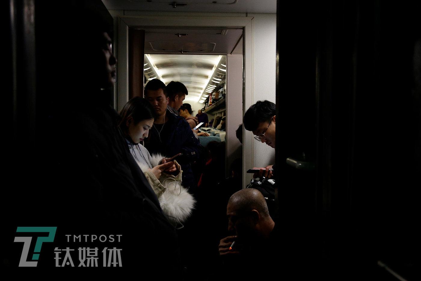子夜,车厢站满了人,有人在闭现在养神,有人在玩手机,还有人在抽烟。列车长和乘务员多次挑醒,这趟车全列禁烟,照样有烟民在门口、厕所、过道抽烟,烟味飘到车厢,无法散去。