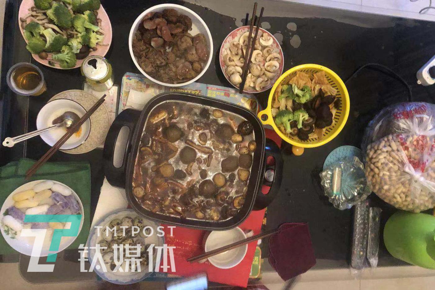 除夕年夜饭,用家里剩的食材拼做了一个火锅