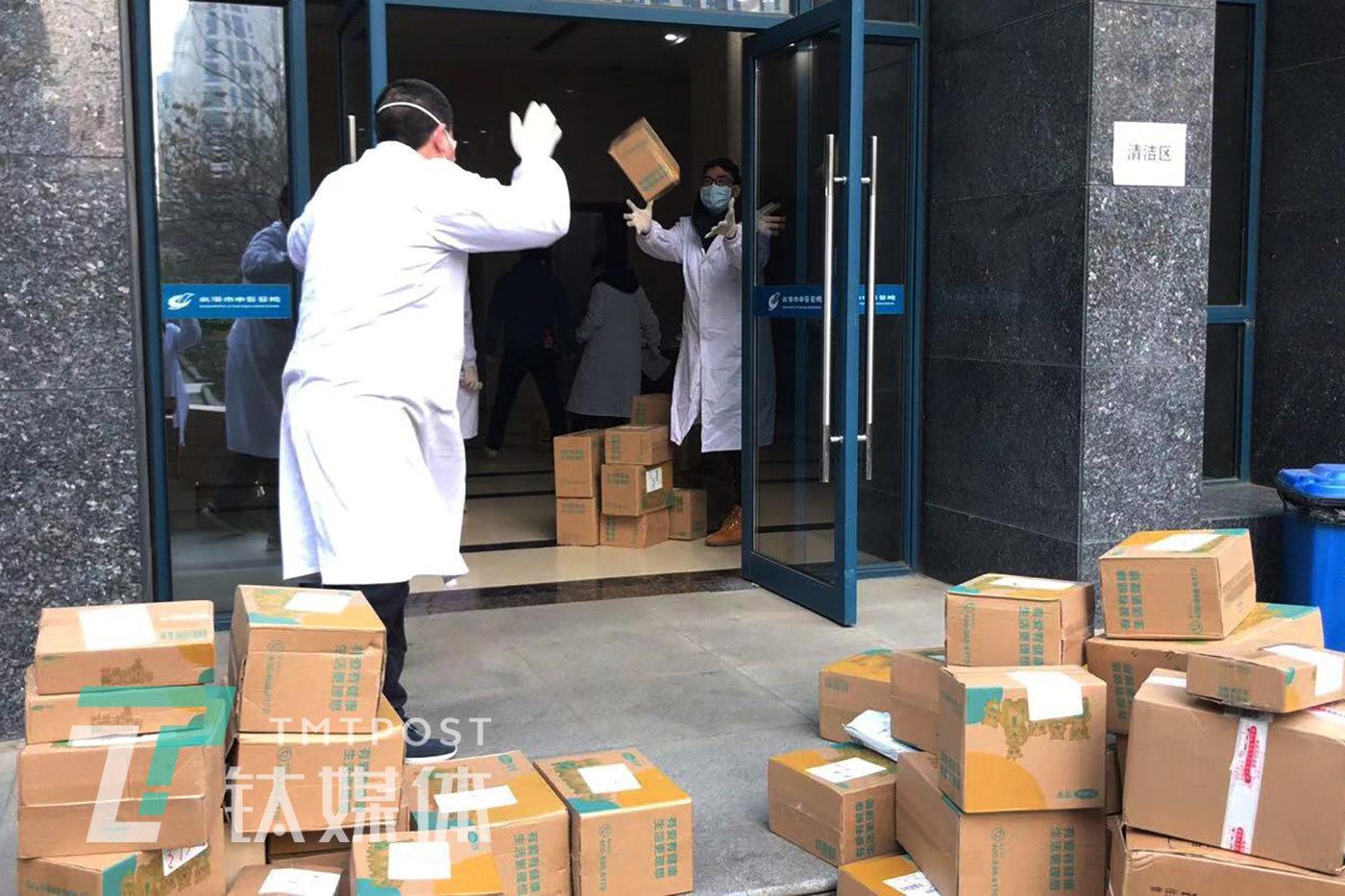 1月28日,首批防護服送往湖北省內20家醫院。