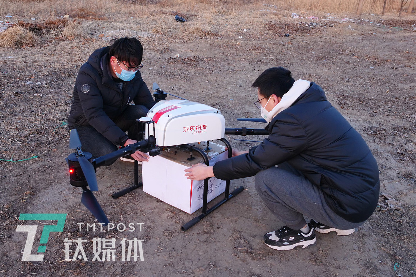 A JD logistics drone carrying a box of protective and disinfection supplies lands in the village of Yangliuzhuang in Anxin County, Baoding. The epidemic brought the Baiyangdian Ferry to a halt, causing the villagers huge inconvenience; they might have to walk a 100-kilometer detour just to purchase goods, if not for the JD drone being able to cross the lake, cutting the distance to just 2 kilometers.  (Baoding, Hebei Province, February 8,  2020)