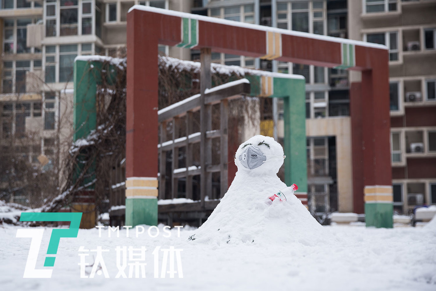 A masked snowman.  (Fengtai District, Beijing, February 6, 2020)