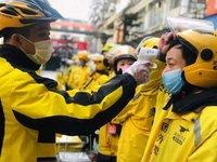 疫情里的外卖员和快递员:路上跑的都是同行,戴口罩也能认出