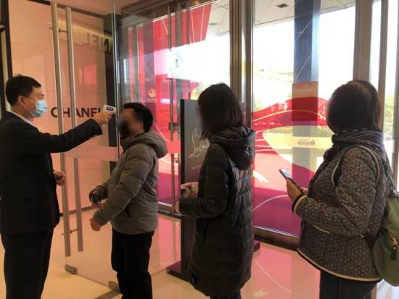 杭州大厦开业当天消费者排队于商场入口测温 ,图自杭州网