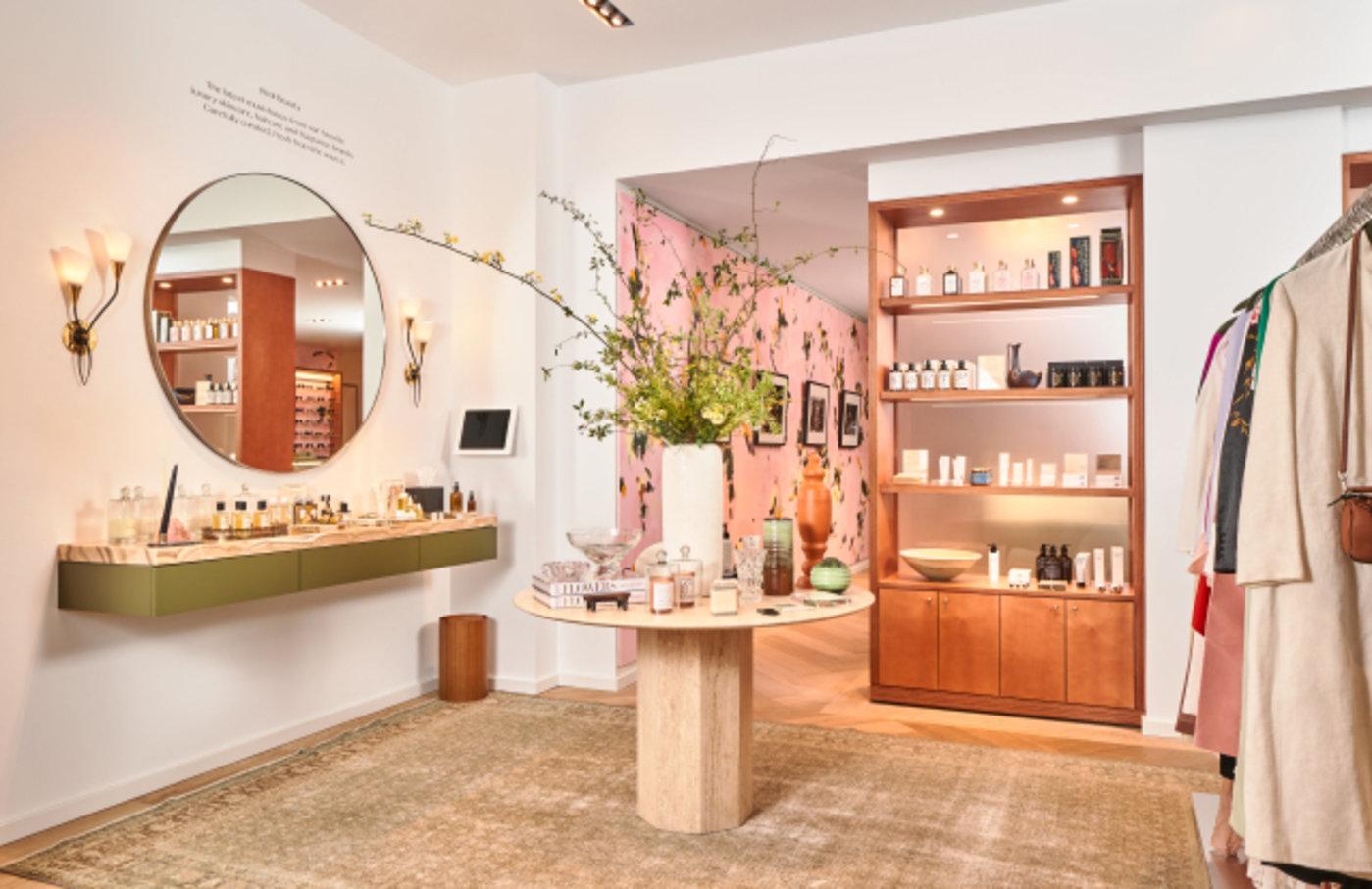 店内也出售家居、美妆产品等SKU