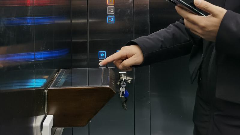 【视频】合肥现无接触按钮电梯:点击空气屏幕,可避免交叉感染
