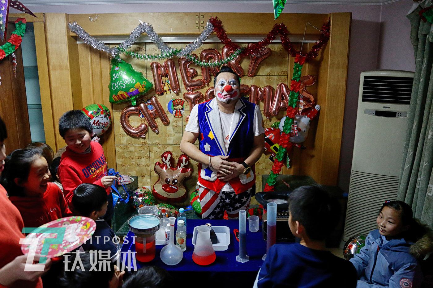 2019年12月21日,北京某课外辅导机构,一场圣诞主题聚会上,小丑演员阿绎在为到场的学生和家长表演。
