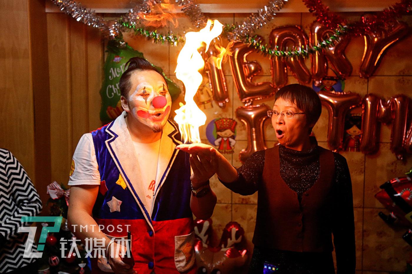 北京,一场圣诞聚会上,阿绎邀请一位家长互动。