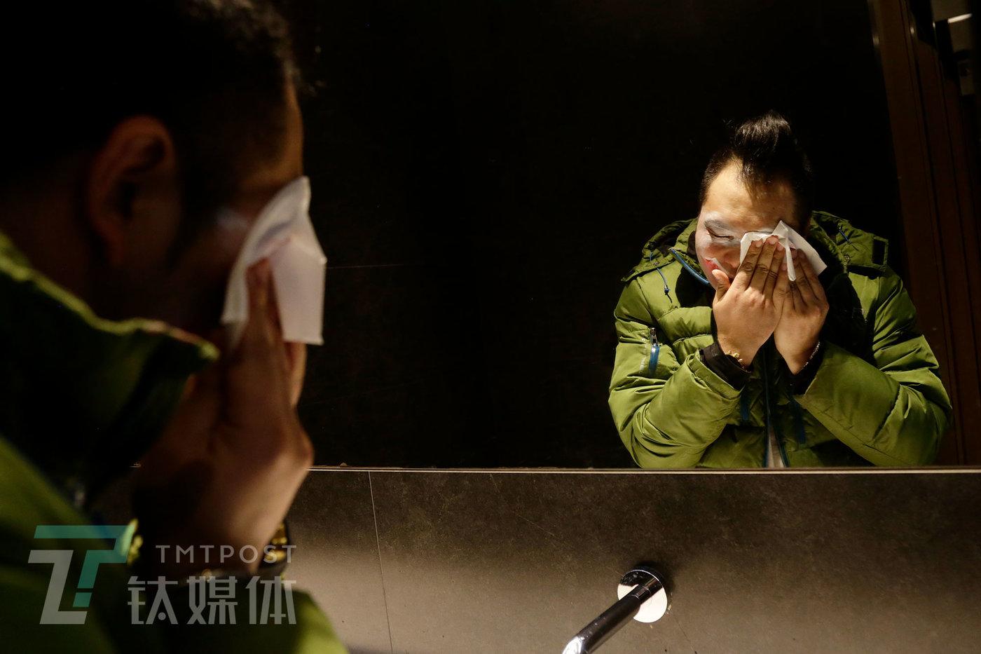 2019年12月17日,北京某餐厅,演出结束后阿绎在卫生间卸妆。