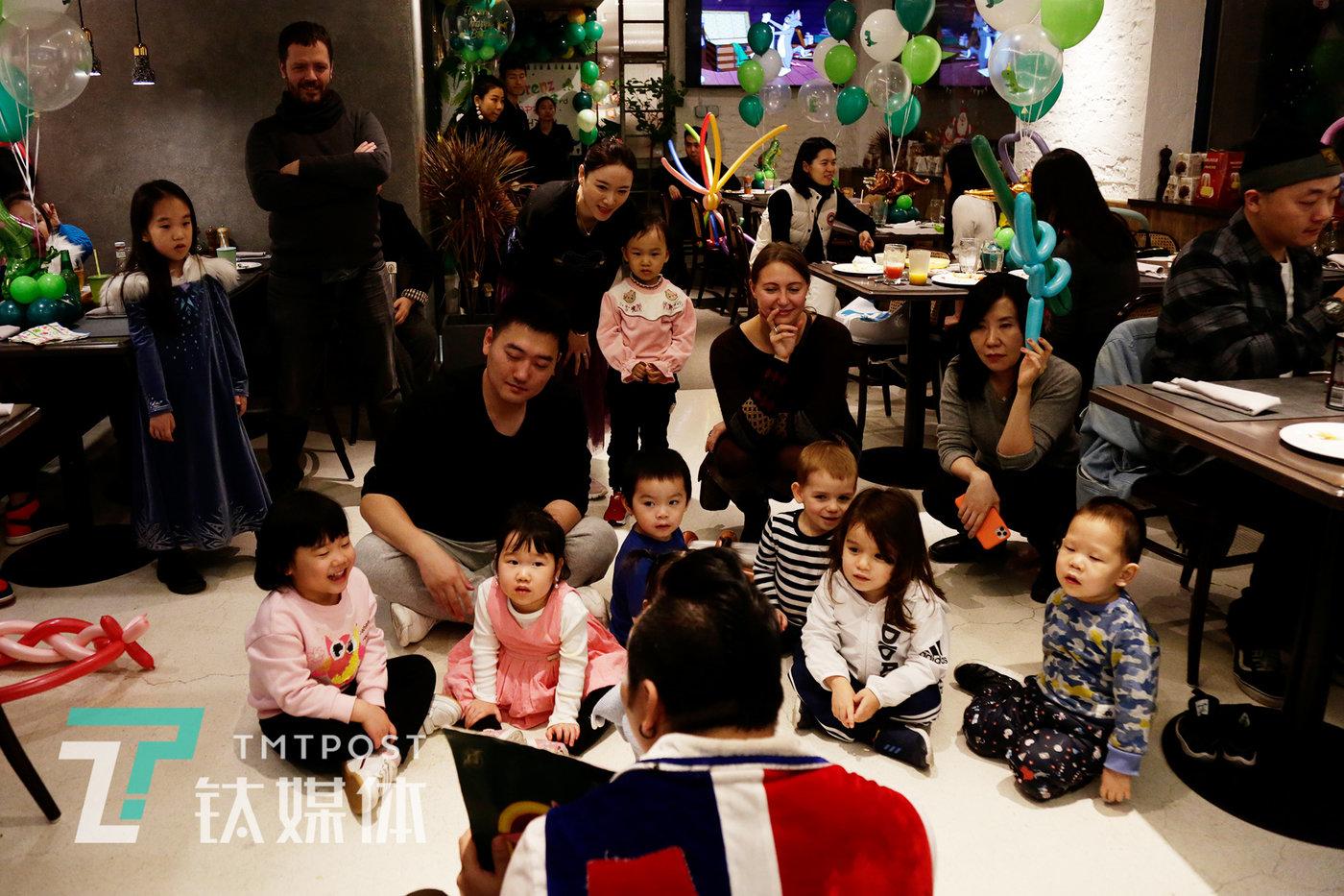 2019年12月16日,北京三里屯某西餐厅,一场聚会上,阿绎在为小朋友们进行魔术表演。