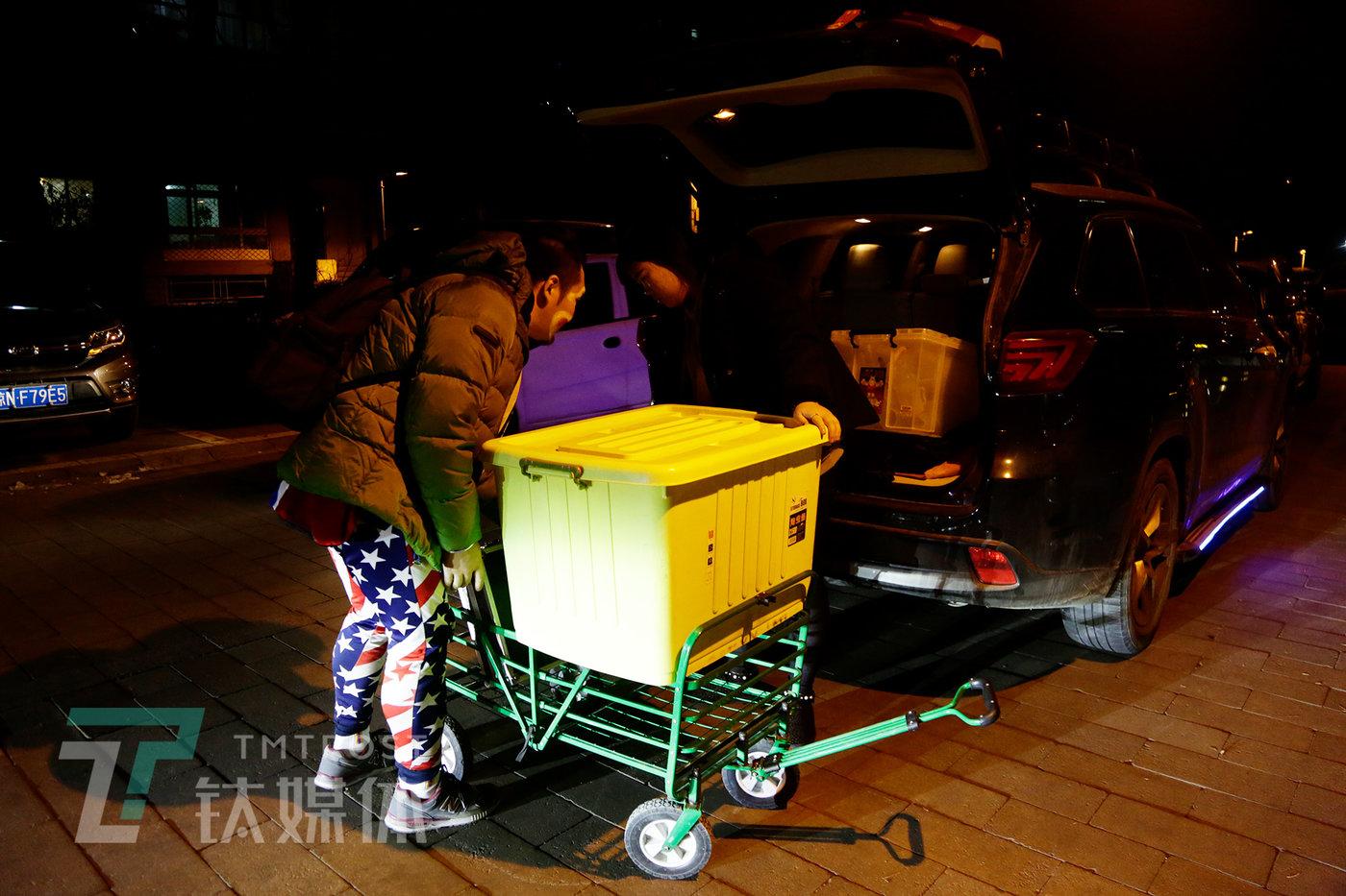 演出开始前,阿绎和助理搬道具装车。