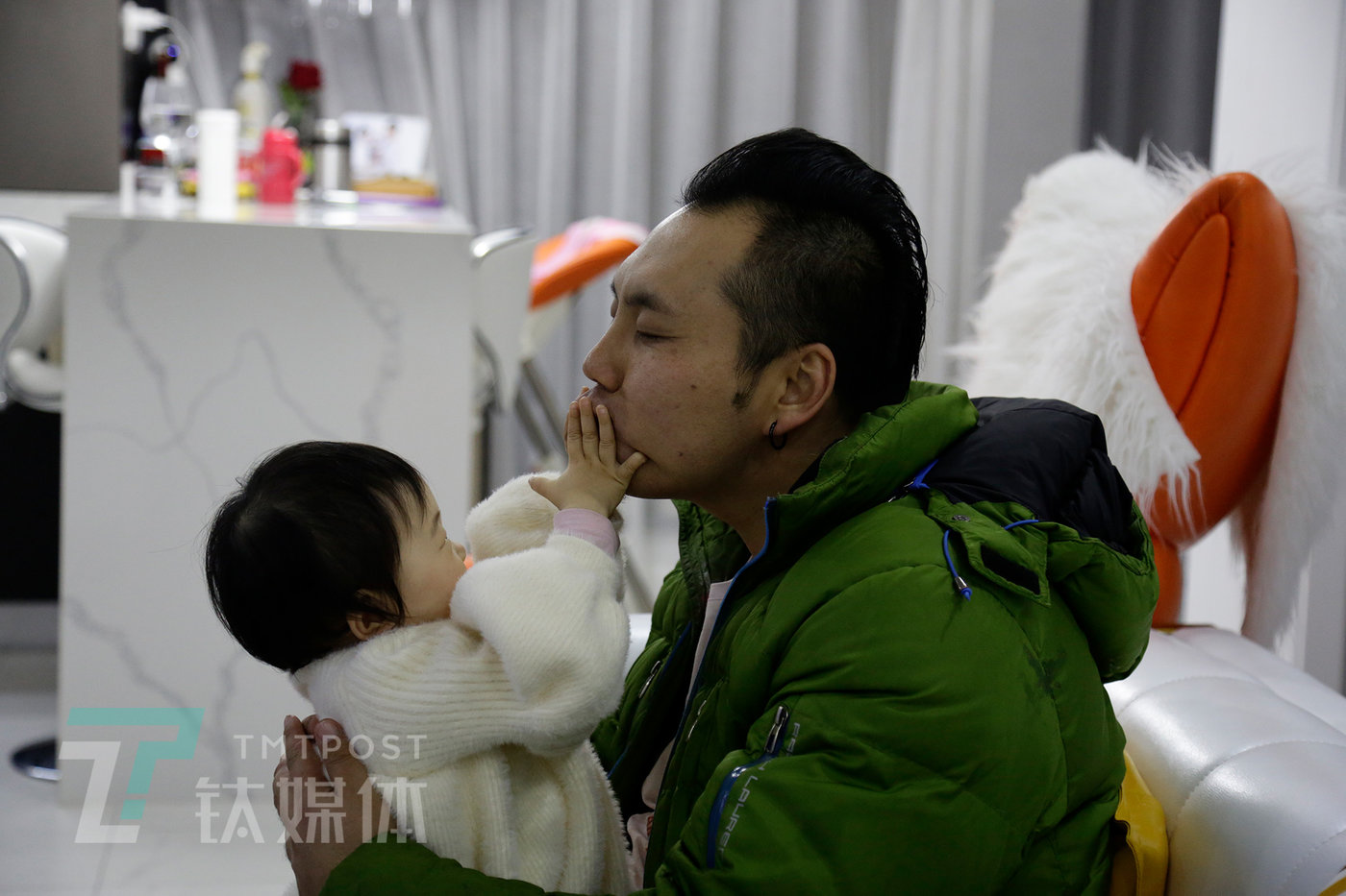 2019年12月16日21:22,河北燕郊阿绎家,忙了一天回家后他第一件事就是陪女儿玩。