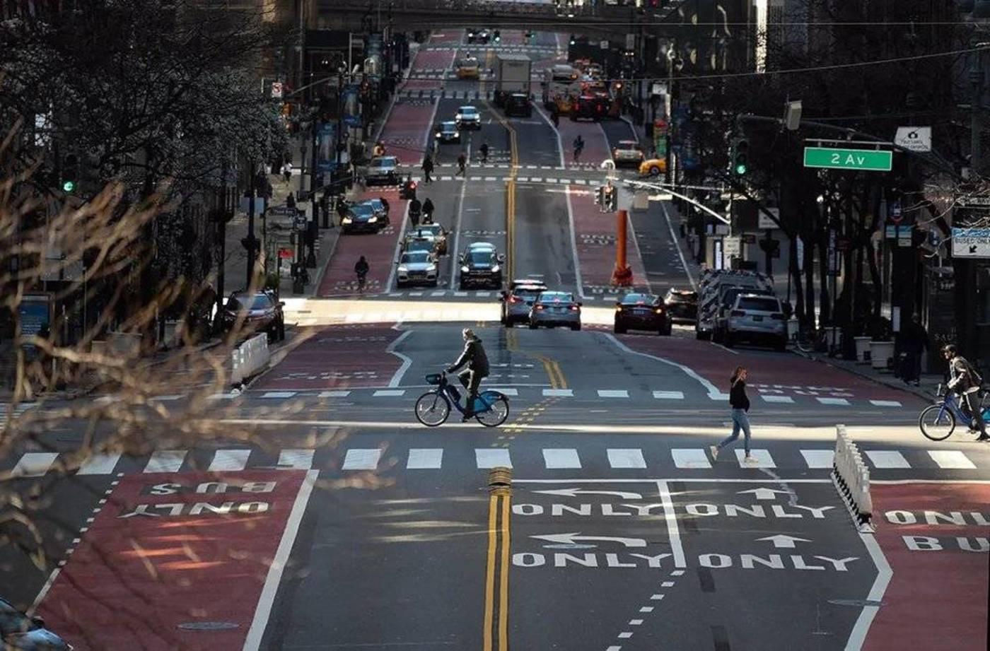 3月21日,美国纽约,以往繁忙的街道上车辆寥寥 图丨新华社