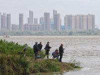 【图集·武汉复苏】垂钓者重拾鱼竿来到长江边