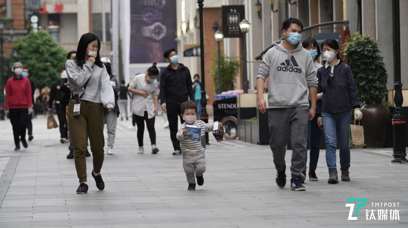 武汉楚河汉街上的市民多了起来