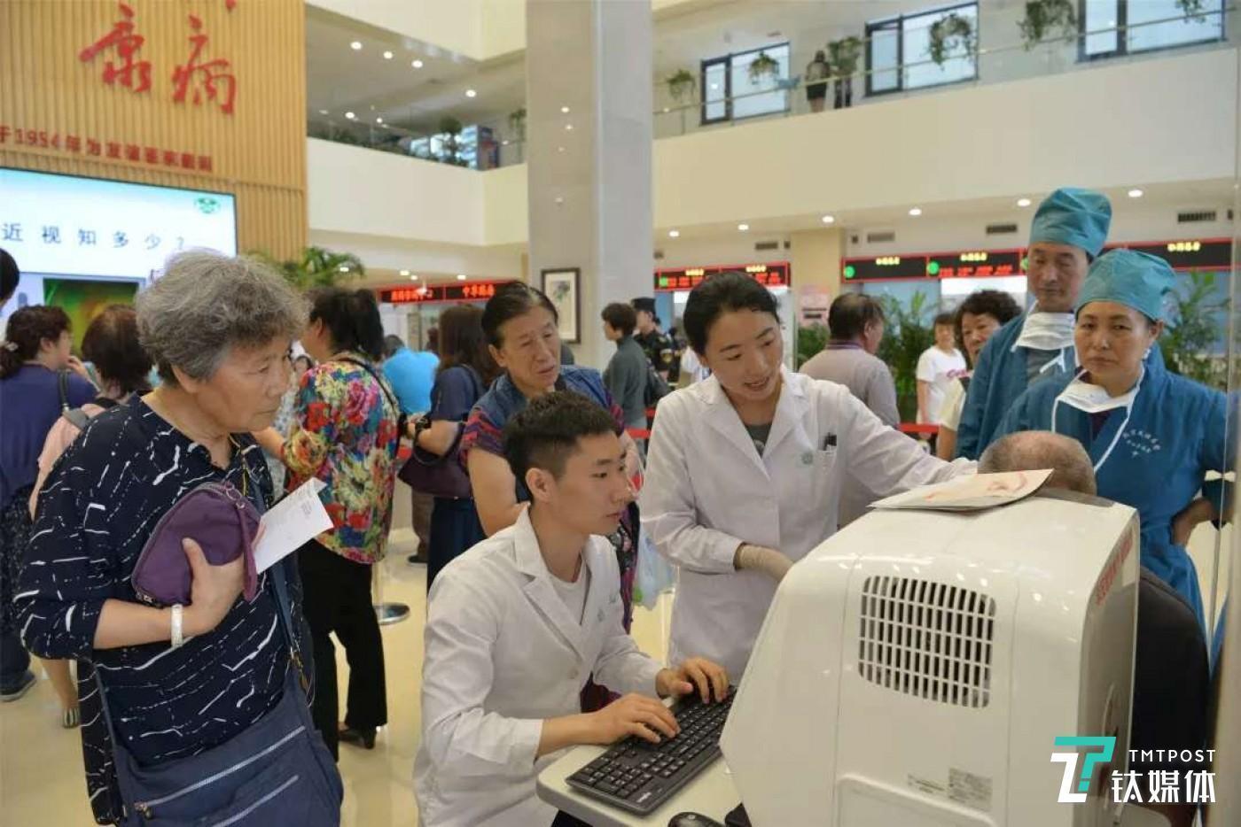 北京某医院组织的患者教育服务,即为患者做眼底筛查(来源:北京眼科学会)