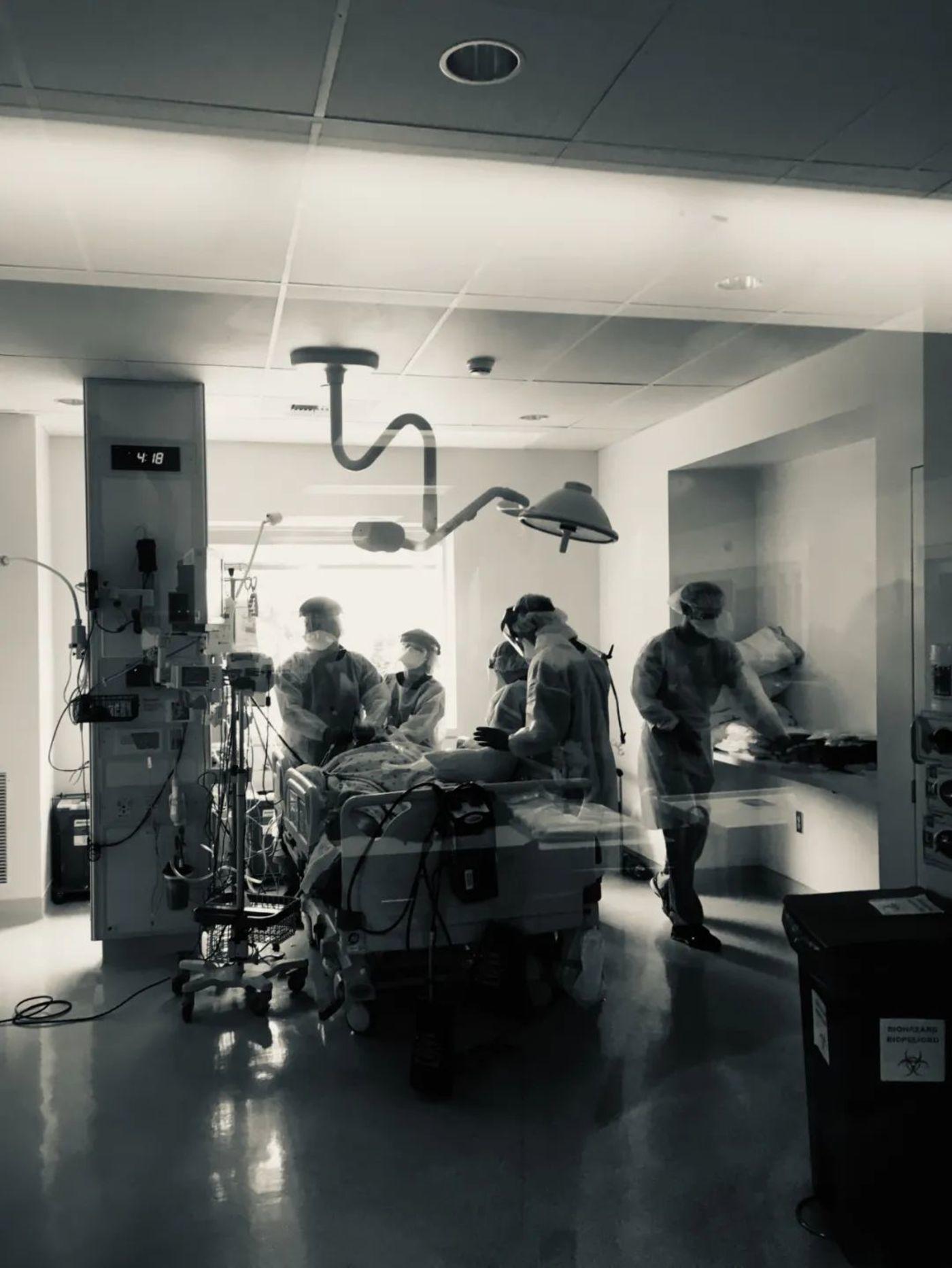 乔人立医生和同事为患者进行插管操作