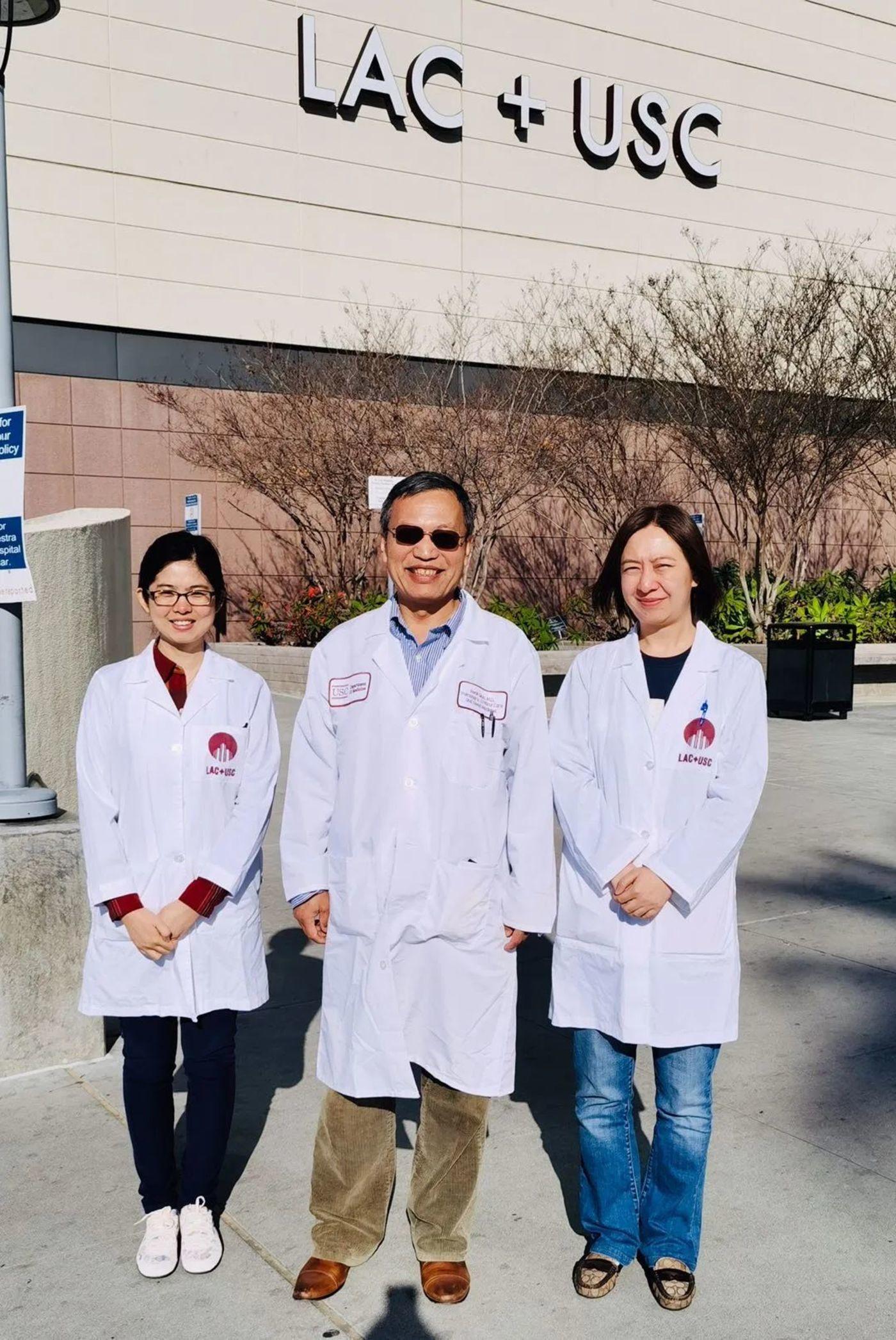 疫情之前,乔人立医生和同事们在医院