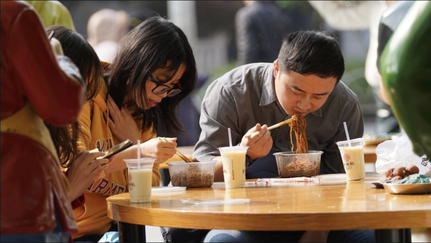 Diners are eating Wuhan hot-dry noodles with sesame paste in an eatery at the intersection near Qiqing Street(Source:TMTPOST)