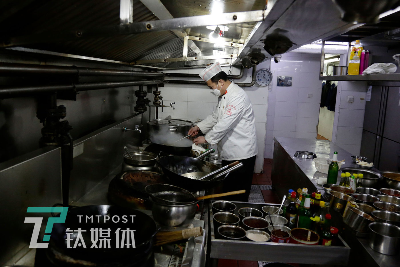 4月1日12:17,北京,湘悦楼鸟巢店,老板王谋福在厨房炒菜。