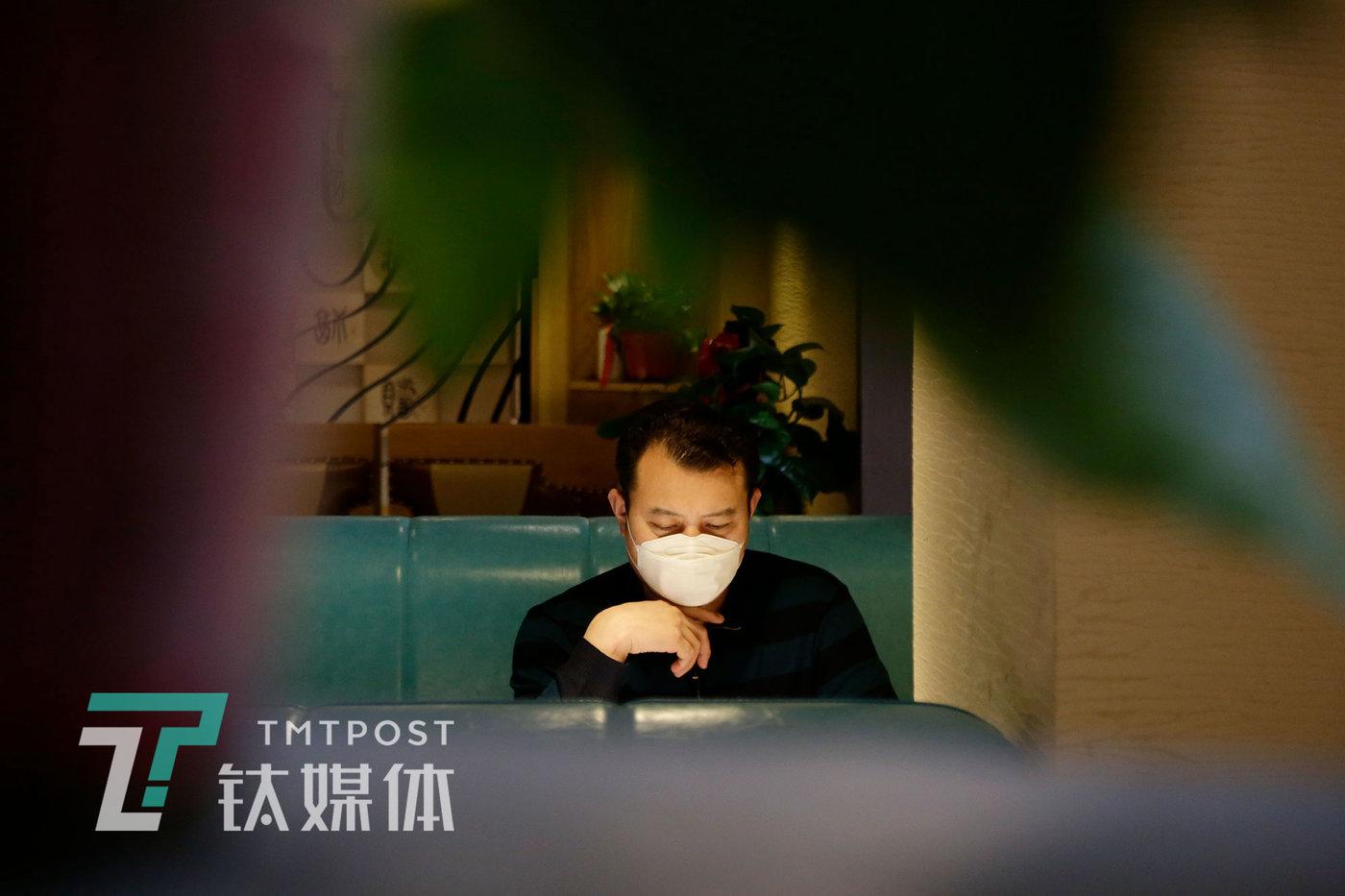 4月1日,王谋福在店里浏览手机看疫情相关的新闻。