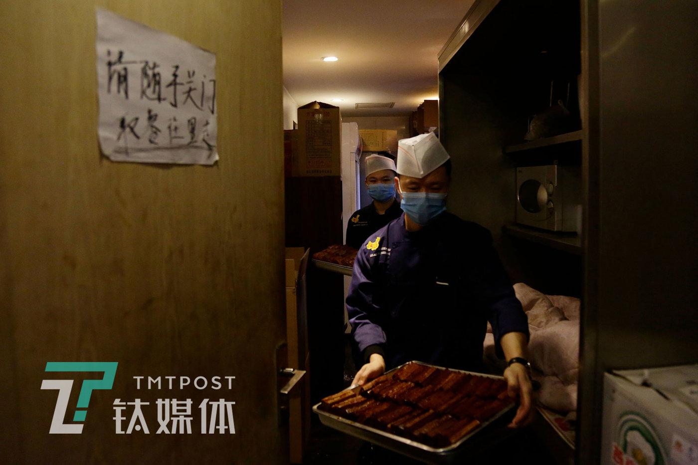 3月31日,北京,湘悦楼员工将刚做好的卤味豆干从厨房端至一楼大厅。