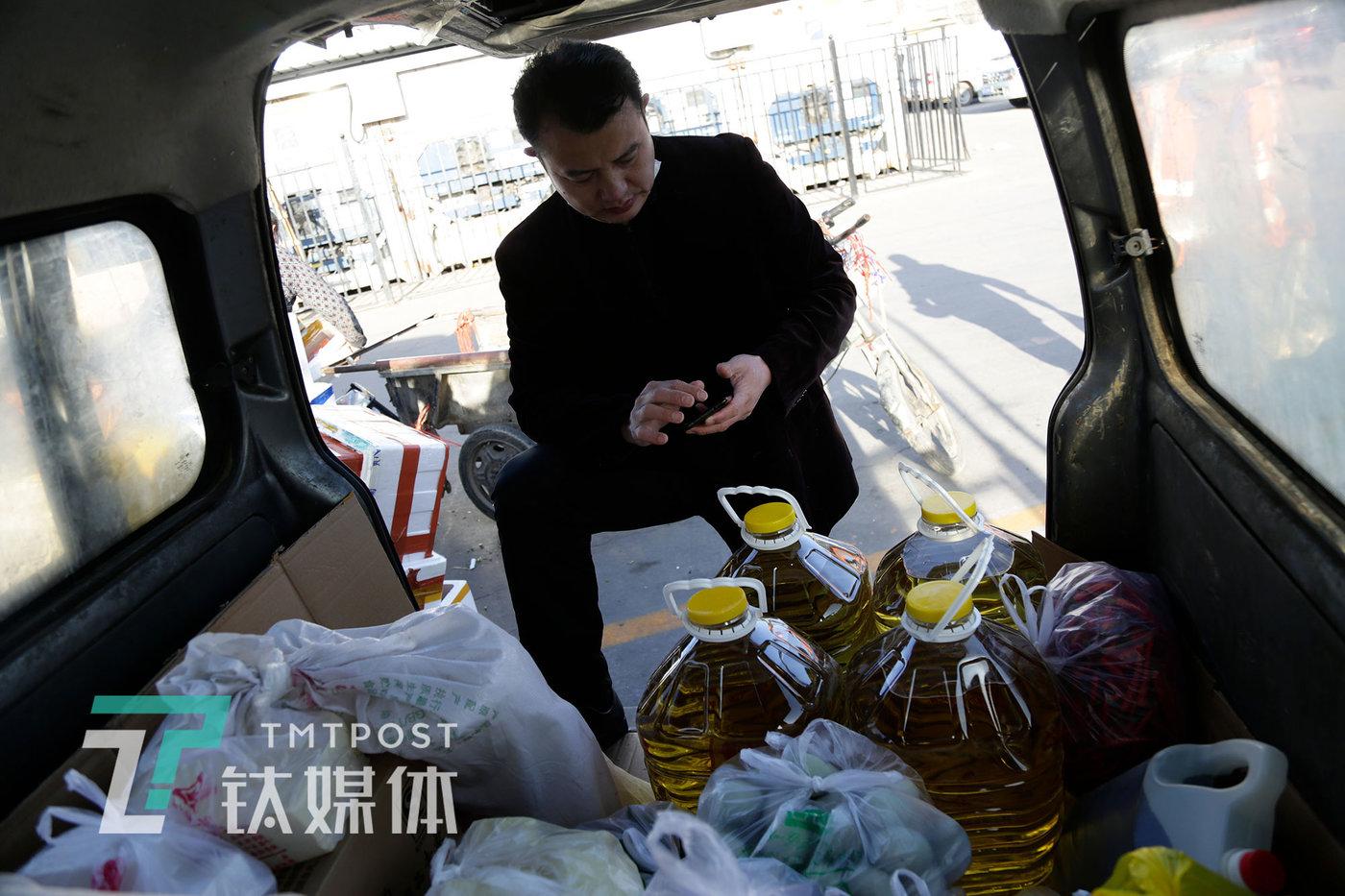 4月2日早晨7时32分,王谋福在清点已购买的食材。