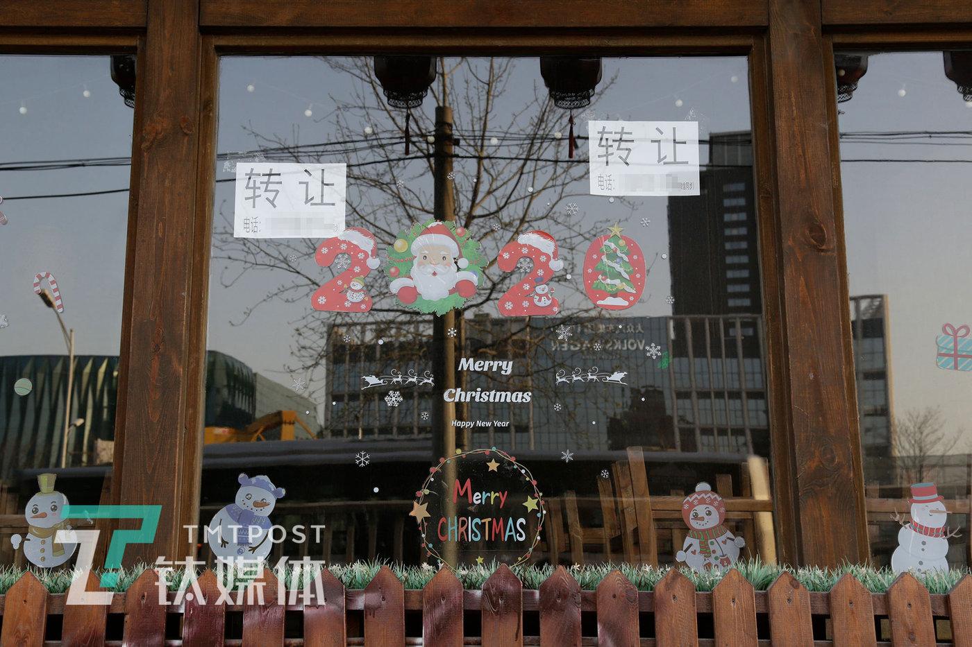 """4月4日,北京,老朱店楼下一家经营两年多的啤酒屋受疫情影响,因无法继续支付租金倒闭停业并贴出""""转让""""纸条。"""