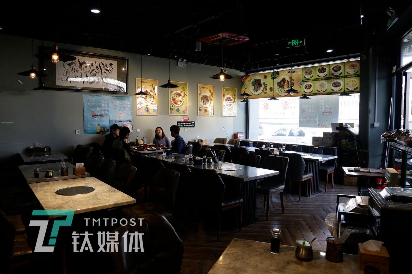 4月4日15:18,北京,杨洋火锅店内在堂食的顾客。