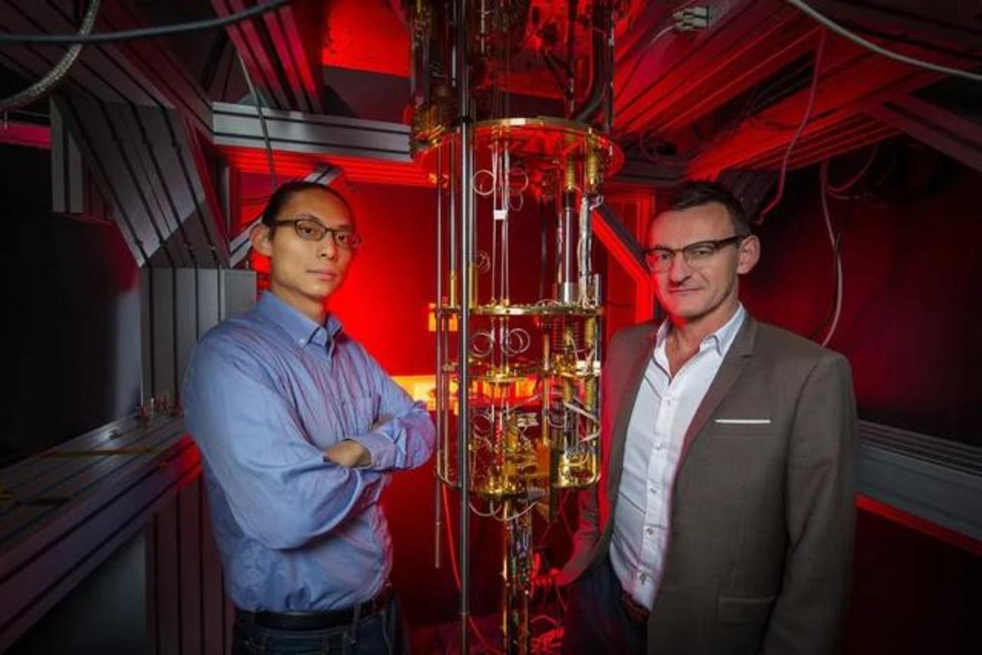 新南威尔士大学的 Andrew Dzurak 教授(右)