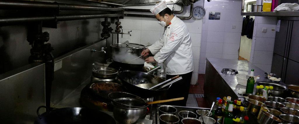 疫情下的餐馆老板:有人靠卖菜支撑,有人跑80公里送外卖 | 钛媒体影像《在线》