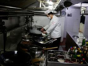 疫情下的餐馆老板:有人靠卖菜支撑,有人跑80公里送外卖   钛媒体影像《在线》