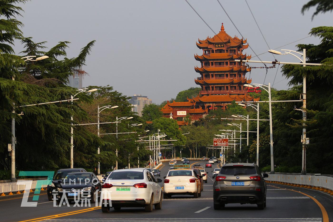 4月8日下午5:30,武汉市,黄鹤楼前,过长江的车流。当天,武汉宣布解封,离汉通道全部打开。