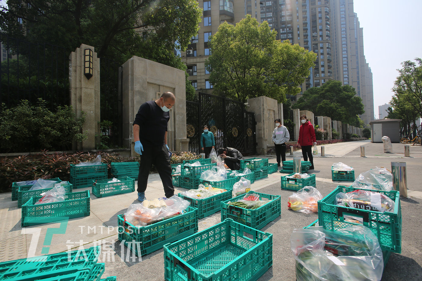4月4日,武汉市武昌区一小区外,居民在领取团购的食材。