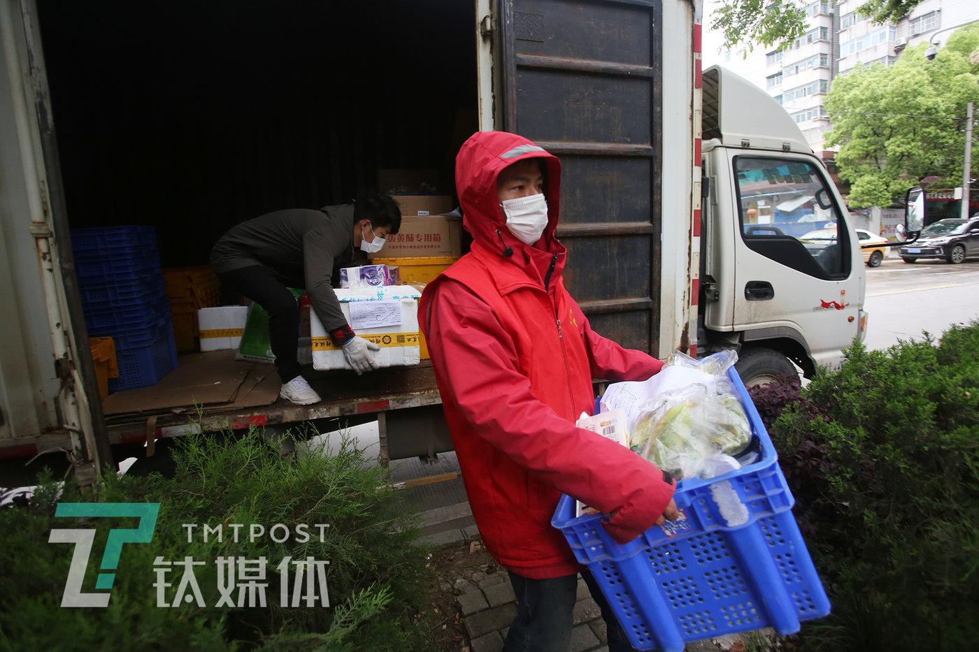 4月11日10:30,玫瑰园西村,黄波从货车上卸下商品放到自己的小卖店门口,这里是新的提货点。