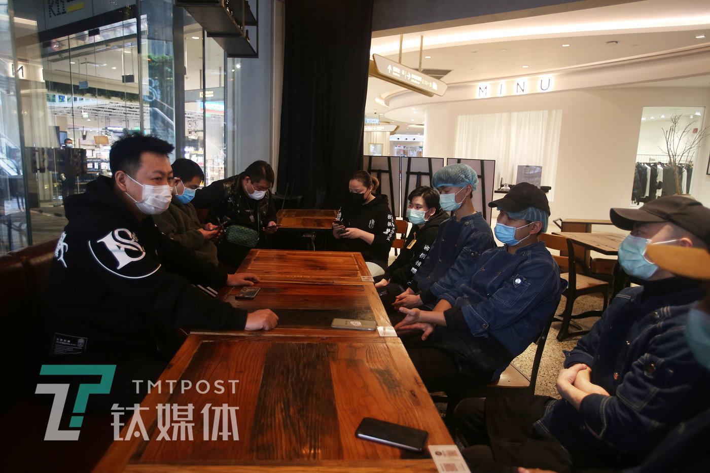 4月3日,18号酒馆(K11店),光头和返岗员工开会讨论工资发放的事宜。
