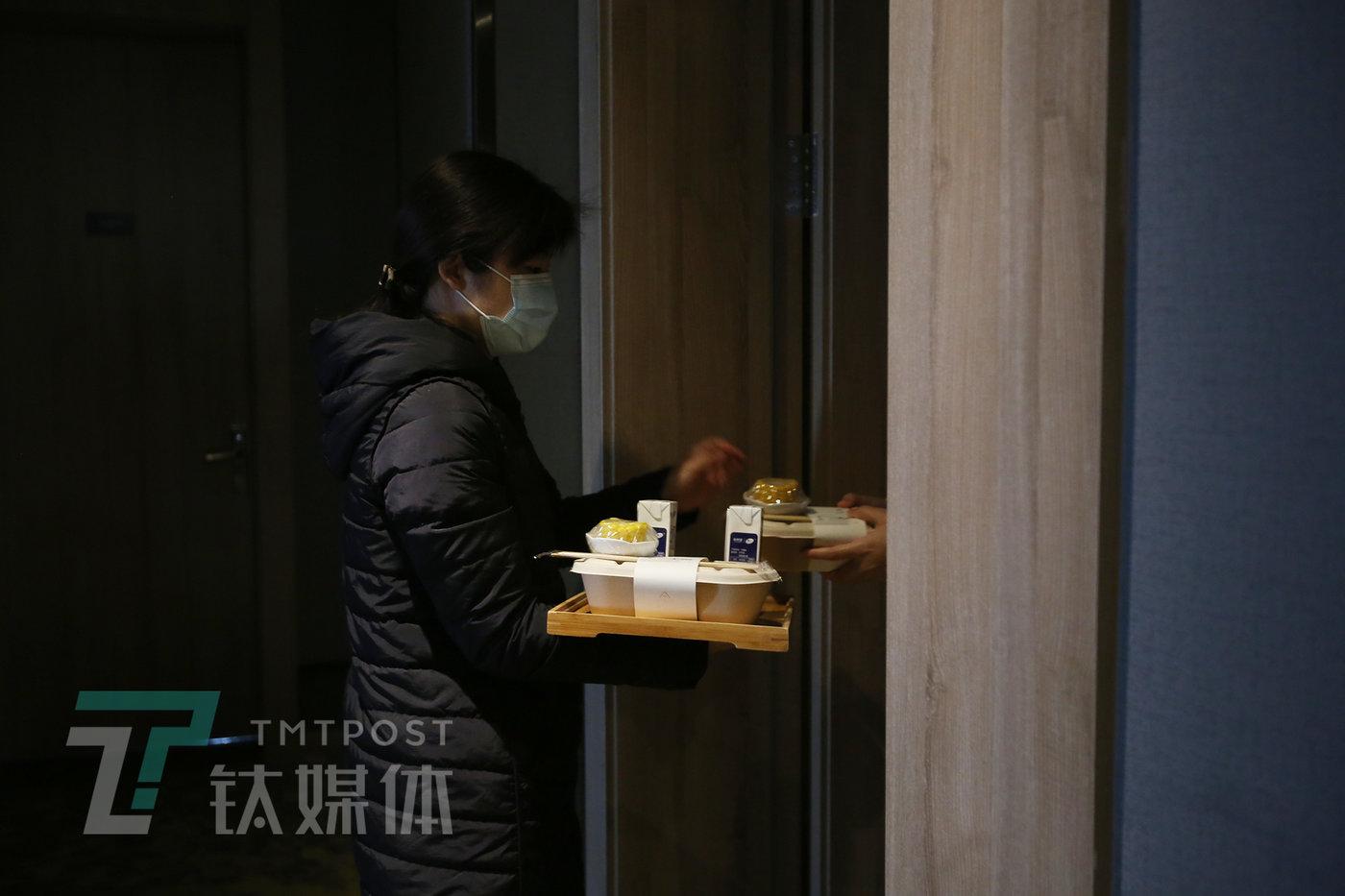 4月5日早上,亚朵武汉常青路店,店长蜜蜂(花名)在为顾客送早餐。