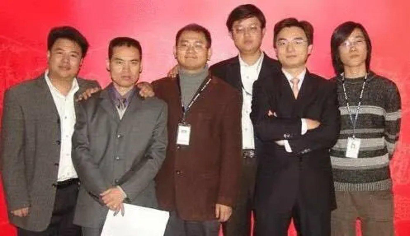 成立初期创始人合影,左二为吴文辉