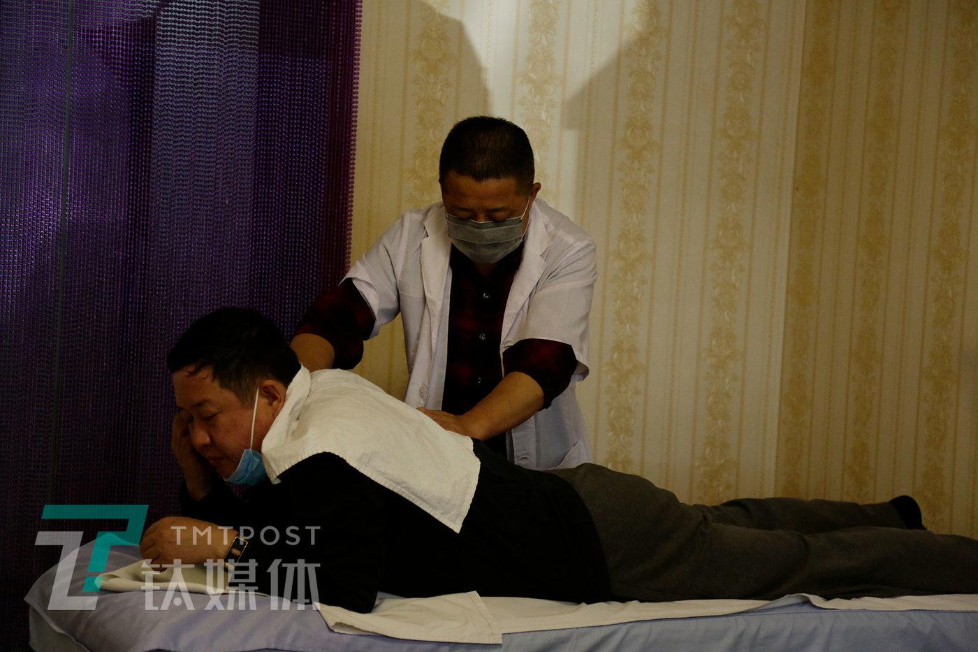盲人按摩师老姜为客人做按摩。