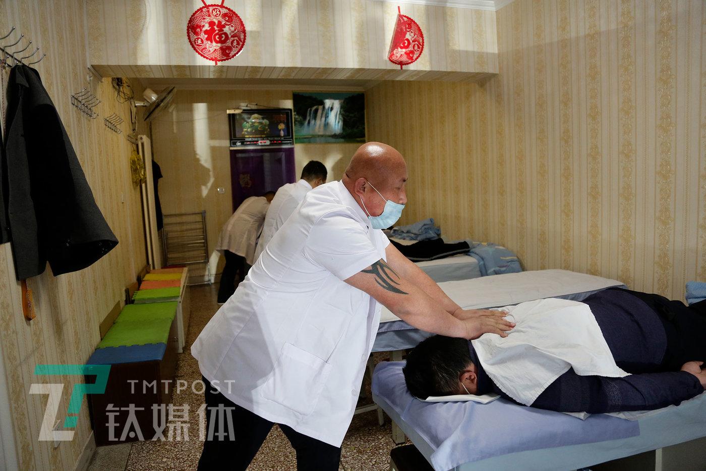 4月22日,北京,鑫缘堂盲人按摩店。