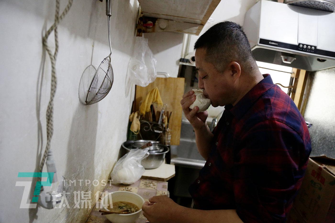 老姜在员工厨房吃晚餐。